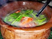 Sopa del camarón en el pote en Kawali Cantilan Fotografía de archivo libre de regalías