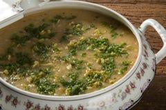 Sopa del cangrejo servida en un cuenco Imagenes de archivo