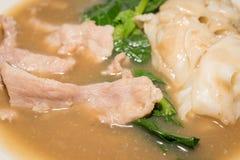 Sopa del cerdo con col rizada y pastas en cierre Fotos de archivo