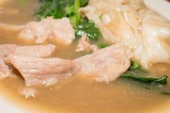 Sopa del cerdo con col rizada y pastas en cierre Fotografía de archivo