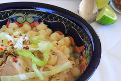 Sopa del cerdo y de la sémola de maíz de Pozole del mexicano Imágenes de archivo libres de regalías