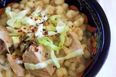 Sopa del cerdo y de la sémola de maíz de Pozole del mexicano Fotografía de archivo