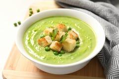 Sopa del detox de las verduras frescas hecha de guisantes verdes foto de archivo libre de regalías