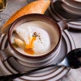 Sopa del espárrago con el huevo escalfado Foto de archivo