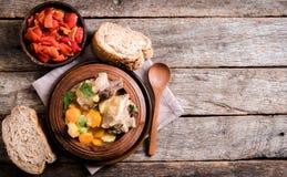 Sopa del guisado y ensalada de la pimienta Imagenes de archivo