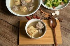 Sopa del hueso del ma?z y del cerdo, comida china deliciosa fotografía de archivo