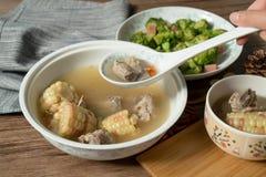 Sopa del hueso del ma?z y del cerdo, comida china deliciosa fotos de archivo libres de regalías