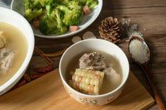 Sopa del hueso del ma?z y del cerdo, comida china deliciosa imagen de archivo