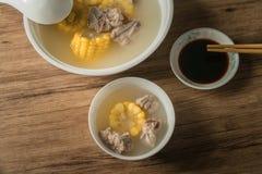 Sopa del hueso del ma?z y del cerdo, comida china deliciosa imagenes de archivo