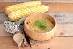 Sopa del maíz de condensado en un cuenco de madera imagen de archivo