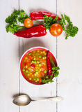 Sopa del minestrone en la tabla de madera blanca con las verduras y la cuchara Imagenes de archivo