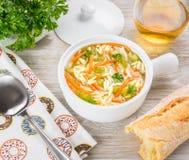 Sopa del orzo del pollo en un cántaro blanco en fondo de madera Sopa italiana con las pastas del orzo Imagen de archivo libre de regalías
