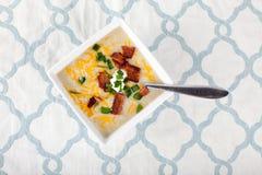 Sopa del puerro de la patata en la estera de lugar Fotografía de archivo libre de regalías