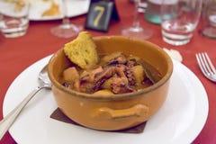 sopa del pulpo con las patatas de tierra Fotos de archivo libres de regalías