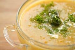 Sopa del puré con las coles de Bruselas Imagenes de archivo