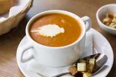 Sopa del puré del tomate con crema y galletas en una placa blanca Fotos de archivo libres de regalías
