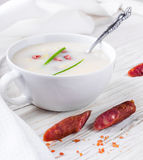 Sopa del queso con la salchicha ahumada fotos de archivo