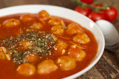 Sopa del tomate con las albóndigas y los tallarines Foto de archivo libre de regalías
