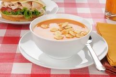 Sopa del tomate con las galletas de ostra Fotografía de archivo libre de regalías
