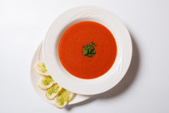 Sopa del tomate con las tostadas de la hierba y del ajo imagenes de archivo