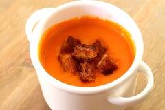 Sopa del tomate con los cuscurrones A Foto de archivo libre de regalías