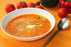 Sopa del tomate en la placa blanca Foto de archivo