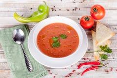 Sopa del tomate en la tabla blanca Imagenes de archivo