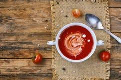 Sopa del tomate en la taza blanca, visión superior Fotos de archivo libres de regalías