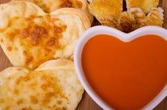 Sopa del tomate, galletas del queso y cuscurrones Imagenes de archivo