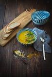Sopa deliciosa de la calabaza en una tabla de madera Imagenes de archivo