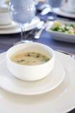 Sopa deliciosa de la comida de los mariscos con los pescados y las verduras en una placa Fotos de archivo