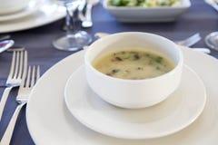 Sopa deliciosa de la comida de los mariscos con los pescados y las verduras en una placa Fotos de archivo libres de regalías