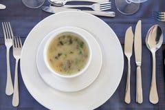 Sopa deliciosa de la comida de los mariscos con los pescados y las verduras en una placa Foto de archivo libre de regalías