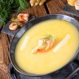 Sopa deliciosa do creme do aspargo com camarões e aneto fresco Fotografia de Stock