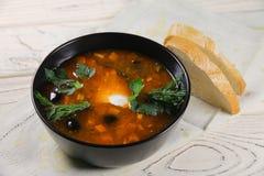sopa deliciosa do saltwort em uma bacia e em um pão Imagens de Stock Royalty Free