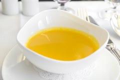 Sopa determinada de la comida de aviones en una bandeja, en una tabla blanca Fotos de archivo