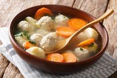 Sopa dinamarquesa deliciosa com bolas de carne, bolinhas de massa e close-up dos vegetais em uma bacia horizontal imagem de stock