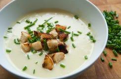 Sopa do alho-porro e de batata com pão torrado e cebolinha Imagem de Stock