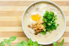 Sopa do arroz com carne, ovo e ervas Fotografia de Stock