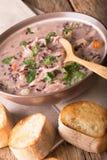 Sopa do arroz selvagem com close-up da galinha e dos vegetais em uma bacia Imagens de Stock