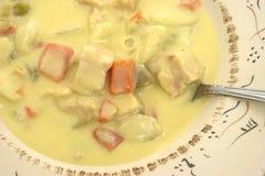 Sopa do bolinho de massa da galinha com colher Fotos de Stock