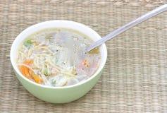 Sopa do caldo de carne com colher e vegetal Imagens de Stock