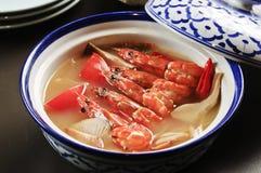 Sopa do camarão com o cogumelo no estilo chinês na bacia imagem de stock