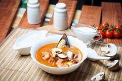 Sopa do camarão de Shimp tom Yum, culinária tailandesa imagem de stock