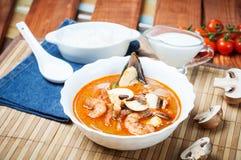 Sopa do camarão de Shimp tom Yum, culinária tailandesa foto de stock