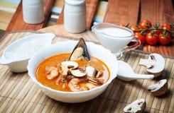 Sopa do camarão de Shimp tom Yum, culinária tailandesa foto de stock royalty free