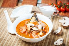 Sopa do camarão de Shimp tom Yum, culinária tailandesa fotografia de stock