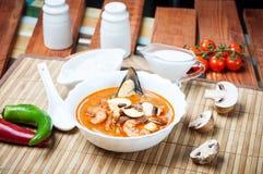 Sopa do camarão de Shimp tom Yum, culinária tailandesa imagens de stock