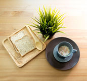 Sopa do copo com o café da manhã do pão na tabela de madeira imagens de stock