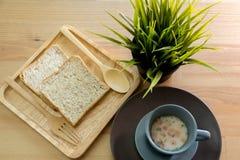 Sopa do copo com o café da manhã do pão na tabela de madeira Fotografia de Stock